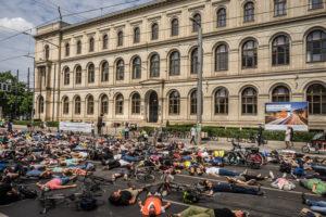 Protest-Performance am BerlinerVerkehrsministererium zum Tag der Verkehrsicherheit. Veranstalter ist der VCD und der Verein Changing Cities