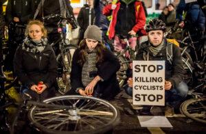 Mahnwache für eine im Verkehr getötete Radfahrerin, Berlin Hauptstrasse/Kolonnenstrasse. Aufgerufen hatte der Volksentscheid Fahrrad, das Netzwerk Fahrradfreundliches Tempelhof-Schöneberg und der adfc. 24.1.2018