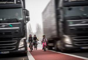 Mit einer spektakulären Aktion zeigt Changing Cities, der Trägerverein des Volksentscheids Fahrrad, wie gefährlich Radwege sein können. Berlin-Mitte, Holzmarktstrasse, 24.11.2018