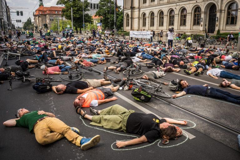 Protest-Performance am BerlinerVerkehrsministererium zum Tag der Verkehrsicherheit. Veranstalter ist der VCD und der Verein Changing Cities.