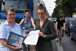 †Übergabe 107 Expertenunterschriften gegen Fahrradweichen an BezirksbŸrgermeisterin Monika Herrmann von RadXhain