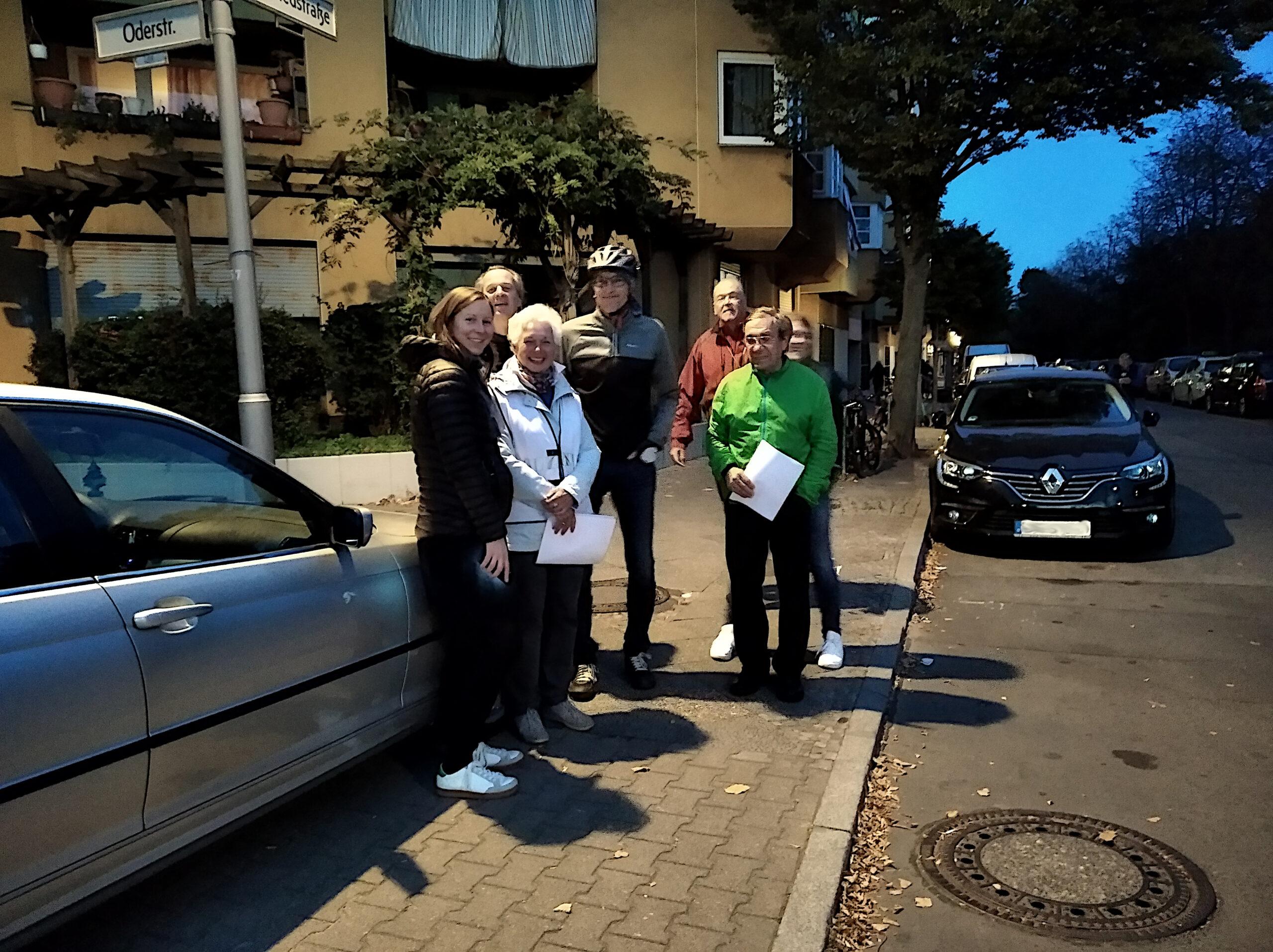 Mitglieder des NFN u. ADFC Neukölln an der Ecke Oderstraße / Siegfriedstraße Foto: Marina Reichenbach