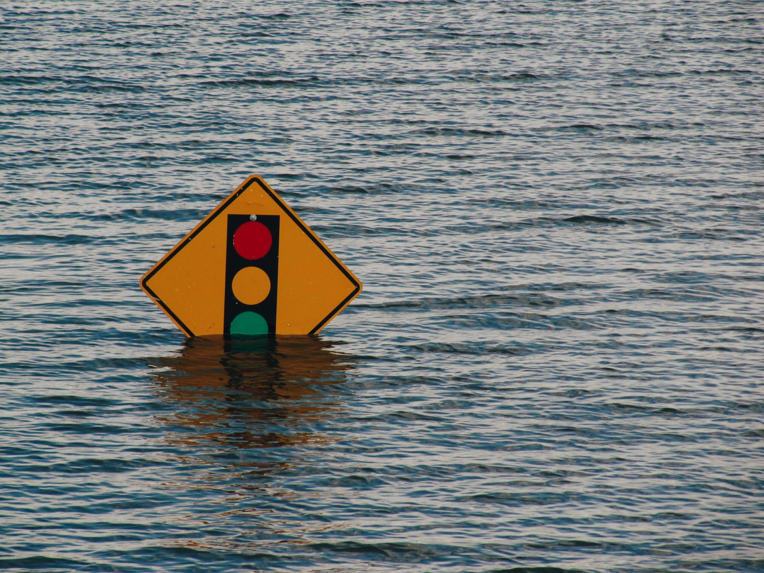 Überschwemmtes Verkehrsschild